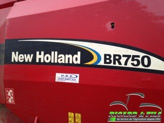 Presse à balles rondes New Holland BR750 - 3